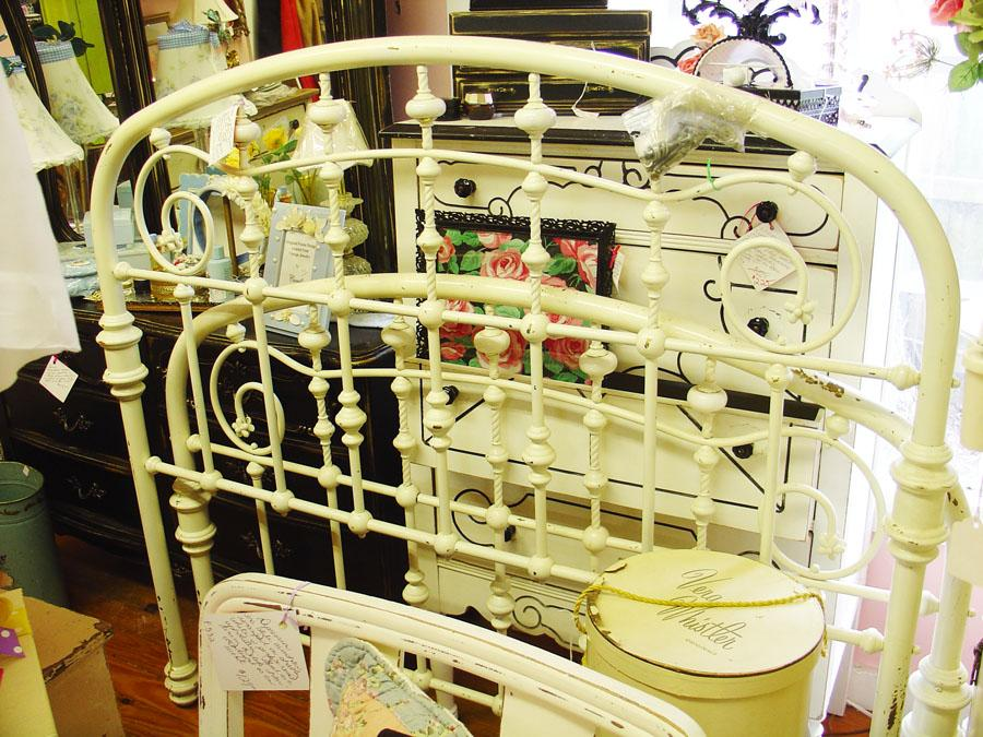 Antique vintage painted furniture metal bed frame spring for Outdoor furniture 77386