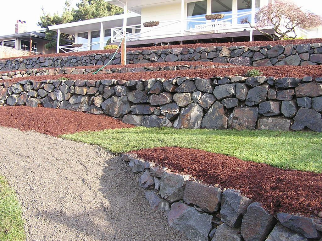 rock wall from ramos rockwall landscaping in tacoma wa 98404