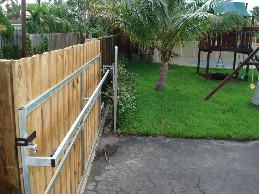 Metalframe Wood Rolling Gate Www Sorgablefenceandgate Com